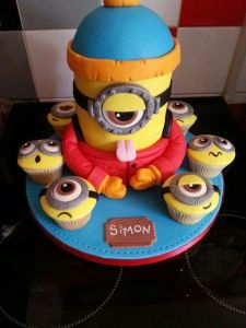 minion birthday cake with cupcakes